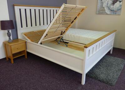 Omalo masivní postel - 2