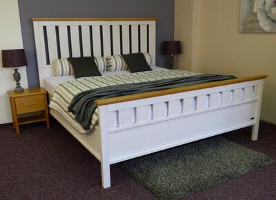 Omalo masivní postel - 3